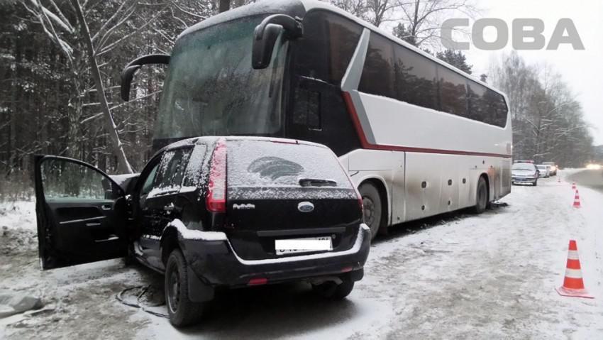 ВЕкатеринбурге иностранная машина залетела под автобус: шофёр умер